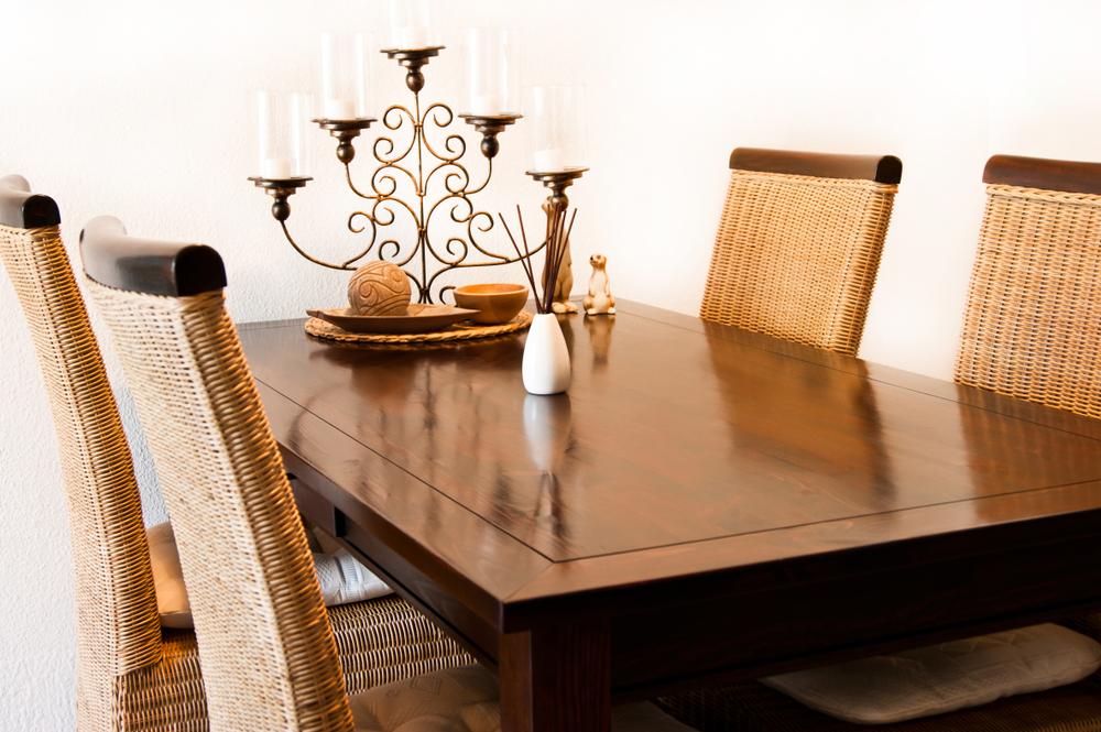 stół z materiału drewnopodobnego