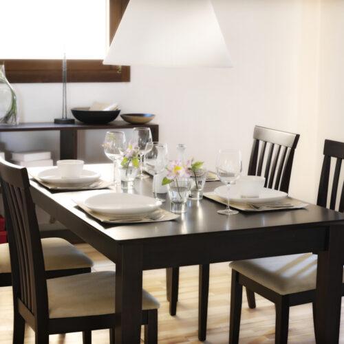 Stół drewniany a stół z materiału drewnopodobnego