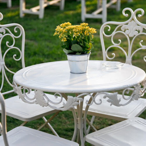 metalowy stolik ogrodowy
