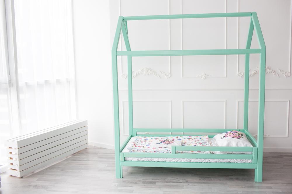łóżko dziecięce z zabezpieczeniem