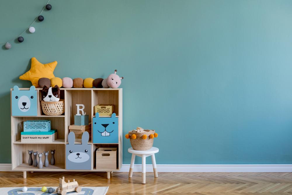 drewniany regał do pokoju dziecięcego