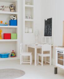 regał z materiału drewnopodobnego do pokoju dziecka